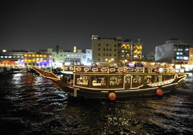 Photo Diner croisière à Dubaï à bord d'un boutre traditionnel (voilier arabe)