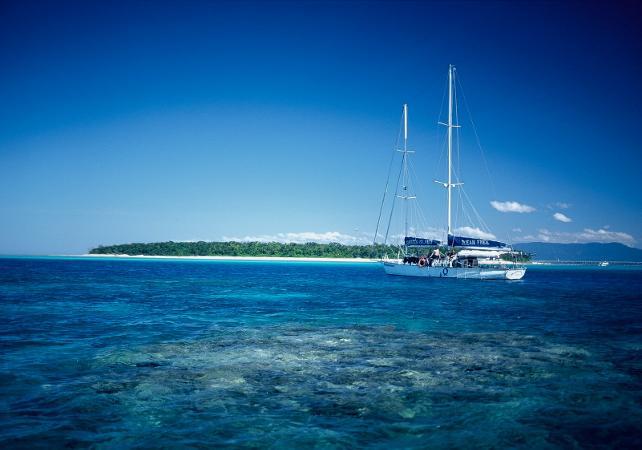 Croisière en voilier & plongée avec masque et tuba à Green Island sur la Grande Barrière de Corail – Au départ de Cairns image 1