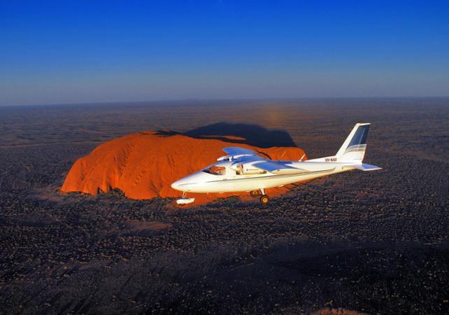 Survol en avion d'Ayers Rock (Uluru) et des Monts Olga (Kata Tjuta) – 40 minutes au départ d'Ayers Rock image 1
