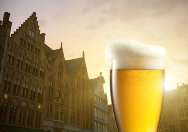 Visite privée de Bruges à pied, croisière sur les canaux et découverte d'une brasserie belge image 1