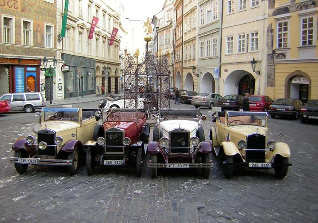 tours en voiture ancienne visite de prague en voiture d poque. Black Bedroom Furniture Sets. Home Design Ideas