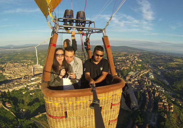 Vol en montgolfière au-dessus de la Toscane au lever du soleil - Sienne -