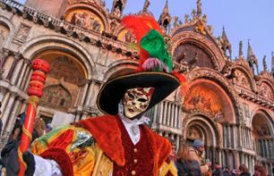Carnaval de Venise : Location de costume traditionnel, déjeuner spectacle, tour en gondole et parade des costumes sur la Place Saint Marc
