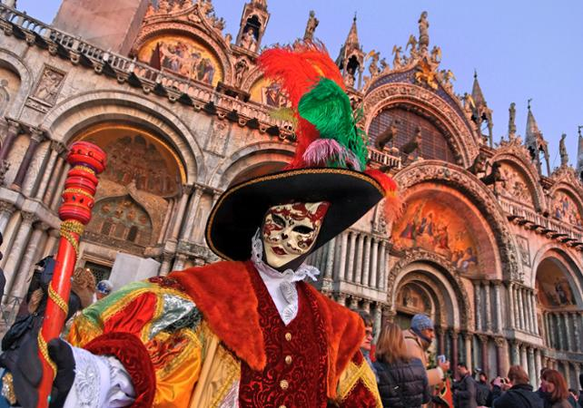 Carnaval de Venise : Location de costume traditionnel, déjeuner spectacle, tour en gondole et parade des costumes sur la Place Saint Marc - Venise -