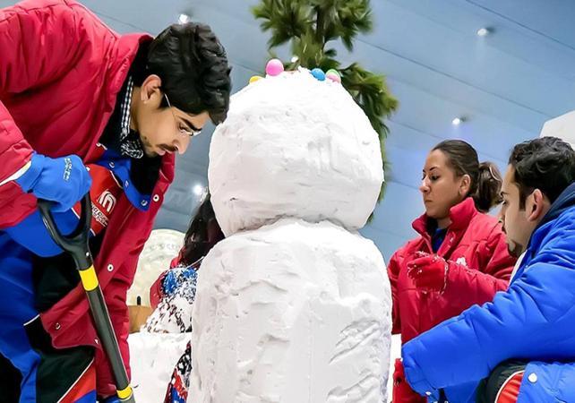 personnes faisant un bonhomme de neige dans le Dubai Mall