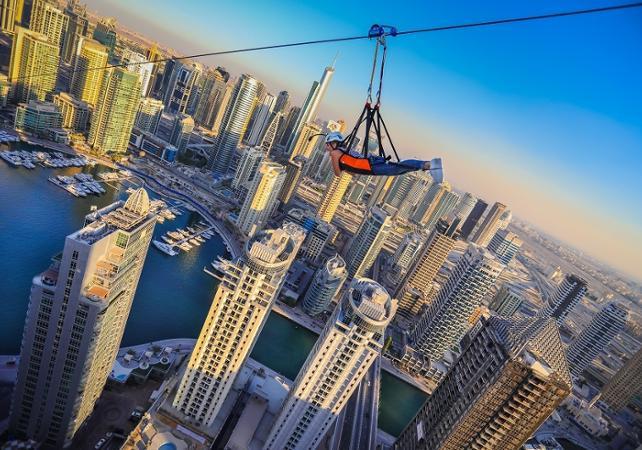 tyrolienne sur la marina, à Dubai, avec sur les buildings