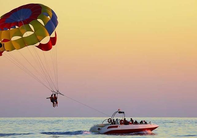 parachute ascensionnel au coucher du soleil à Dubai