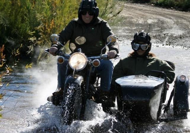 Photo Excursion insolite : la Route des Jardins en moto à bord d'un side-car vintage