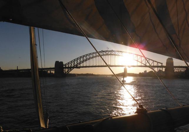 Dîner-croisière sur un voilier de 1850 dans la baie de Sydney - Au coucher du soleil image 2