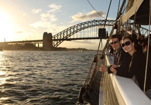 Dîner-croisière sur un voilier de 1850 dans la baie de Sydney - Au coucher du soleil image 4